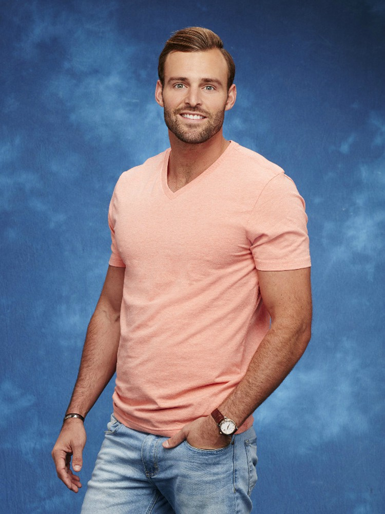 Who does raven hook up with on bachelor in paradise